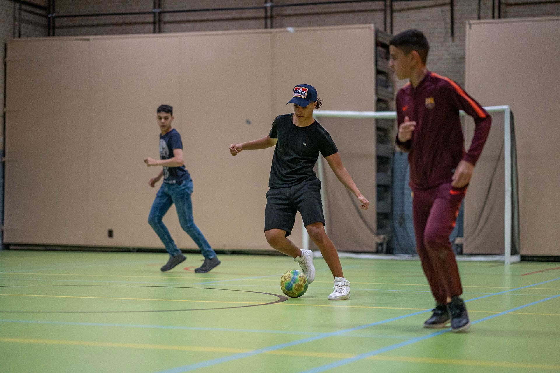 3 jongens aan het voetballen