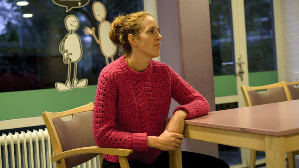 Vrouw aan het luisteren aan tafel