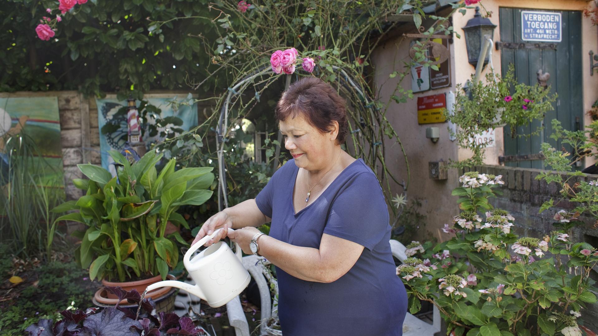 Vrouw geeft planten water